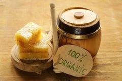 Miel organique naturel dans le peigne photos stock