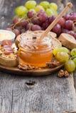 Miel, pan y mantequilla y uvas condimentados Imagen de archivo libre de regalías
