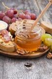Miel, pan y mantequilla y uvas condimentados Fotos de archivo