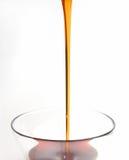 Miel pleuvant à torrents dans le bac de miel Photo libre de droits