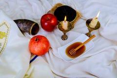 Miel, pomme et grenade pour le shofar traditionnel de vacances de jewesh de hashanah de rosh de symboles de vacances sur le dessu image libre de droits