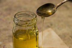 Miel pura orgánica en tarro Cierre para arriba Foto de archivo libre de regalías