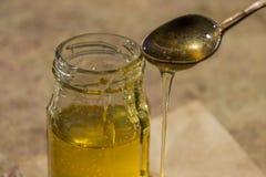 Miel pura orgánica en tarro Cierre para arriba Fotografía de archivo