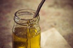 Miel pura orgánica en tarro Cierre para arriba Imagen de archivo
