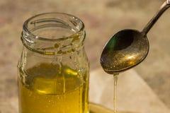 Miel pura orgánica en tarro Cierre para arriba Imagenes de archivo