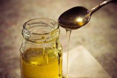 Miel pura orgánica en tarro Cierre para arriba Fotos de archivo libres de regalías