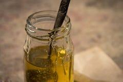 Miel pura orgánica en tarro Cierre para arriba Imagen de archivo libre de regalías