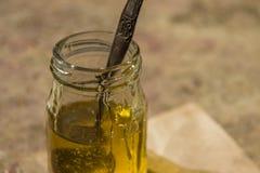 Miel pura orgánica en tarro Cierre para arriba Fotos de archivo
