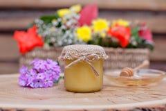 Miel respetuosa del medio ambiente en los tarros de cristal Fotos de archivo libres de regalías