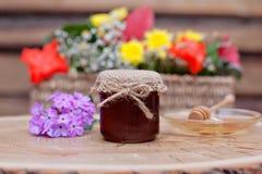 Miel respetuosa del medio ambiente en los tarros de cristal Fotos de archivo