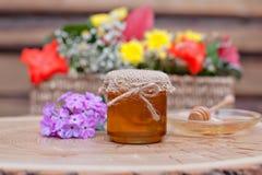 Miel respetuosa del medio ambiente en los tarros de cristal Foto de archivo libre de regalías