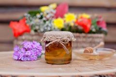 Miel respetuosa del medio ambiente en los tarros de cristal Imagen de archivo