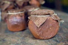 Miel salvaje de Abjasia en pote de arcilla con el paño Fotos de archivo libres de regalías