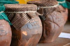 Miel salvaje de Abjasia en pote de arcilla con el paño Foto de archivo libre de regalías
