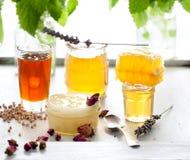 Miel variaty con el peine de la abeja en jurs de cristal Imagen de archivo libre de regalías