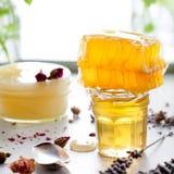 Miel variaty con el peine de la abeja en jurs de cristal Imágenes de archivo libres de regalías