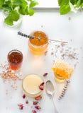 Miel variaty con el peine de la abeja en jurs de cristal Fotos de archivo