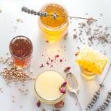 Miel variaty con el peine de la abeja en jurs de cristal Fotografía de archivo libre de regalías
