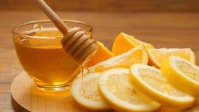 Miel versant sur des oranges du honeyspoon (aucun 11 4) banque de vidéos
