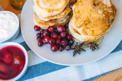 Miel y bayas de Pancakeswith Fotos de archivo libres de regalías