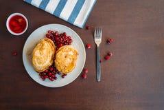 Miel y bayas de Pancakeswith Foto de archivo libre de regalías