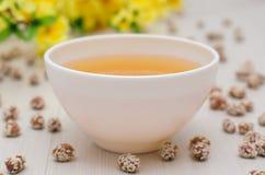 Miel y cacahuetes con las semillas de sésamo fotografía de archivo