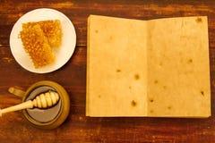 Miel y drizzler frescos en un fondo de madera Fotografía de archivo libre de regalías