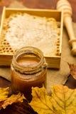 Miel y drizzler frescos en un fondo de madera Estilo del otoño Foto de archivo