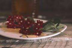 Miel y flores imagen de archivo libre de regalías