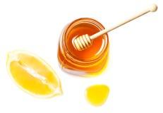 Miel y limón aislados en un fondo blanco Goteo dulce de la miel Imagen de archivo libre de regalías