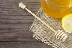 Miel y limón del brezo en la tabla de madera Imagenes de archivo