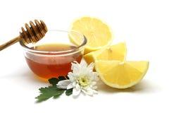Miel y limón en el fondo blanco Fotos de archivo libres de regalías