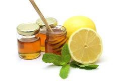 Miel y limón en el fondo blanco Imagen de archivo