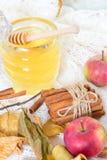 Miel y manzanas y canela en la tabla de madera fotografía de archivo