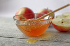 Miel y manzanas rústicas del cuenco en la tabla de madera Comida tradicional de la celebración por el Año Nuevo judío Concepto Ro Foto de archivo