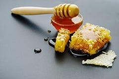 Miel y panal en un fondo negro Imagenes de archivo
