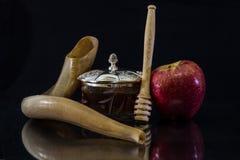 Miel y shofar y manzana para Rosh Hashanah (Año Nuevo judío) Fotografía de archivo libre de regalías