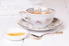 Miel y taza con té Fotografía de archivo libre de regalías