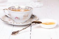 Miel y taza con té Imagen de archivo libre de regalías