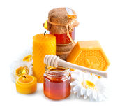 Miele, cera naturale e candele della cera sopra bianco Fotografia Stock Libera da Diritti