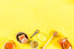 Miele con i pettini del miele e del polline Immagine Stock