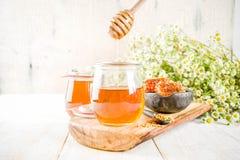 Miele con i pettini del miele e del polline immagini stock libere da diritti