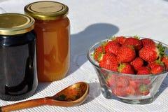 Miele con la fragola Fotografia Stock