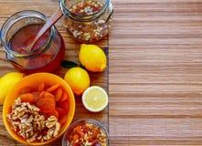 Miele con la miscela delle albicocche secche e dei wallnuts, limoni, copyspace immagini stock libere da diritti