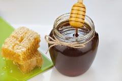 Miele delizioso delizioso in barattolo sulla tavola Fotografie Stock
