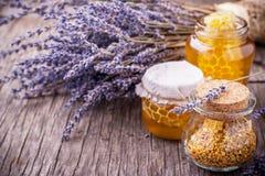 Miele della lavanda con il polline dell'ape fotografie stock libere da diritti