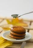 Miele dello sciroppo d'acero e foglia di acero e biscotti gialli Immagine Stock
