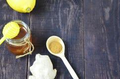 Miele, miele dello zenzero e del limone, limone e zenzero, curcuma per una bevanda calda per il trattamento dei freddo su un di l immagini stock
