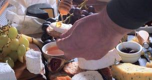 Miele di versamento sopra formaggio Fotografia Stock Libera da Diritti