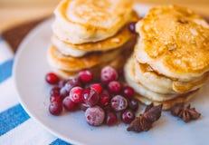 Miele e bacche di Pancakeswith Fotografie Stock Libere da Diritti